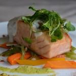 Salmón del Atlántico con verduras salteadas y salsa roquefort